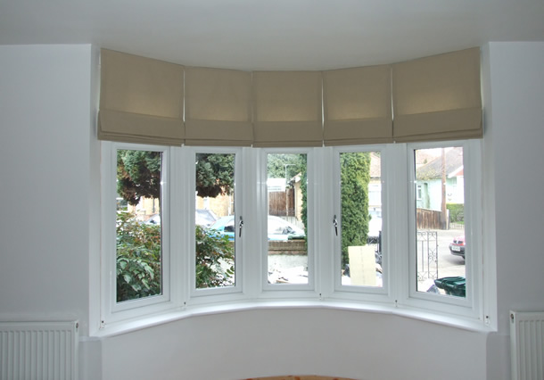 Roman blinds in a curved bay window mydecozo for Curved bay window